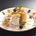 料理メニュー写真ミックスベリーソースの苺ロールケーキ