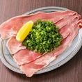 薄く長くスライスした豚タンにねぎを盛った「極旨!ねぎ塩Pタン」がオススメ♪自家製でブレンドした極塩を使用、サッパリとした味わいでパクパク食べられる逸品です。