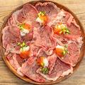 料理メニュー写真卓上で肉炙る。【いくら】炙りトロ肉のレッドカーペット