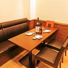 【ゆったりとしたソファー席(一部)】壁側のお席が一部ソファー席となっております。