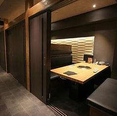 【扉付き個室】扉付きタイプの個室です。4~6名でご利用いただけます。仕切りがきちんとついておりますので、プライベート空間が守られた高級感溢れるお席です。