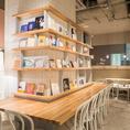 ブックコーディネーターのセレクトした本の立ち並ぶテーブル席です。