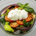 料理メニュー写真濃厚なモッツァレラチーズがトマトと相性抜群『トレッチャ(ナポリ直送モッツァレラ)のカプレーゼ』