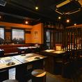 【3階 山鶏 yamadori】ざっくばらんに仲間同士で賑わう、ベンチソファーのテーブル席。壁際のベンチソファーはゆったり過ごせると人気!みんなでテーブルを囲んで、美味しい料理と楽しい会話をお楽しみください。