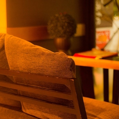 お店の奥にはイオンのネオン光る夜景の見えるカップルシートが。デートにピッタリなお席です!