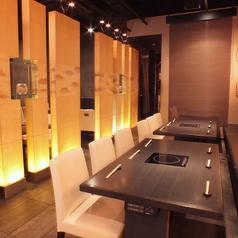 個室感覚で簾で仕切られたプライベート空間。接待・お食事会にも。