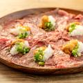 料理メニュー写真卓上で肉を炙る。【雲丹】炙りトロ肉のレッドカーペット