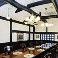 2Fは太い梁と白い壁の落ち着いた蔵造りの椅子席。パーティーや冠婚葬祭のご会食に大人気。(4名様~80名様まで)