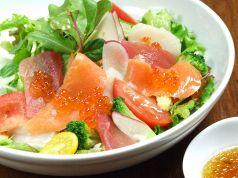 料理メニュー写真小海老とアボカドのハーブサラダ
