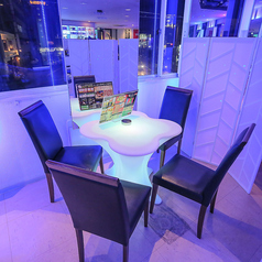 4名様用のテーブル席はパーティションでプライベト感のあるお席