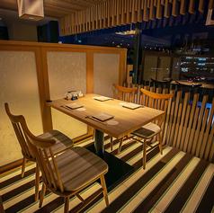 お洒落でモダンな店内でゆったりとしたひとときをお過ごしください。夜景が見える窓際のお席はデートにも最適♪伝統的な京和食に洋の素材を組み合わせた和洋折衷創作料理と共に、上質なひとときをお楽しみください。