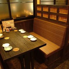 【テーブル席】しっかり隣の席と仕切られていて落ち着いて過ごせます♪お客様の人数に合わせ、ご案内いたします。カウンター席・テーブル席・お座敷席・掘りごたつ席・個室など、総席数80席を完備!ご宴会最大36名様までOK!お席の詳細・人数・ご予算など、お気軽にお問い合わせください!※写真は一例です