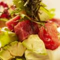 料理メニュー写真アボガドと鮪のサラダ