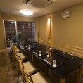 【2F】親しい方とのお食事にご利用いただけるグループ用テーブル席をご用意しております。
