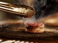 最高品質のお肉をこだわりの炭火でグリル。炭火で焼くことによって遠赤外線がお肉を固くせず柔らかいまま焼き上げることができます。更に余分な脂(これは旨味成分ではないんです)のみ外に出し、その脂が炭火に落ちるコトで煙となります。この時の炭火の香りによって燻製され最高の美味しさへとつながるのです。