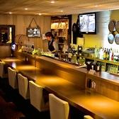 お酒とスタッフと会話を楽しめるバーカウンター。カウンター席も低めのイスを設置しておりますので、ゆっくりお寛ぎいただけます。お一人様やカップルにオススメです。