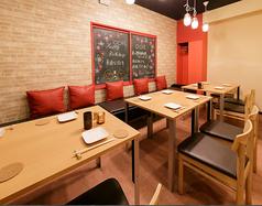 2Fのテーブル席はお洒落でカジュアルな空間となってます