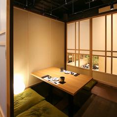 2名様からでも個室へご案内いたします。落ち着いた和空間テイストのお部屋でごゆっくりお食事をお楽しみください。