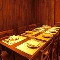 店内の中で最もシックな雰囲気のテーブル席、三方向を壁で囲まれた落ち着きあるお席です。最大8名様まで。
