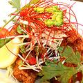 料理メニュー写真ちゅら風鶏の唐揚げ/ミミガーとキムチの炒め物