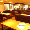 【お座敷席】店内の三段水槽を見ながらお食事が出来ます☆足を伸ばし、おくつろぎください~♪お座敷席・カウンター席・テーブル席など総席数180席・ご宴会最大80名様まで!お客様の人数に合わせ、ご案内いたします。お席の詳細などは、お気軽にお問い合わせください♪※写真は一例です