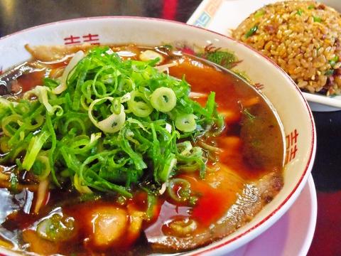京都で有名な老舗ラーメン店、人気の黒いスープはコクの味わい、コシのある中太麺!