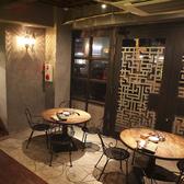【1F】カウンター向かい側の開放感ある空間にある円卓席