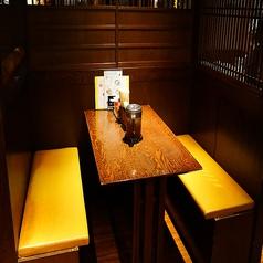 半個室のお席。少人数でのお集まりに最適。ゆったり空間でのんびりとお酒やお食事をお楽しみ頂けます。親しい友達や女子会など少人数でのお集まりにも最適。木目の優しい雰囲気でプライベートな楽しい時間をお過ごしください。温かいお料理と美味しいお酒を用意してお待ちしております。