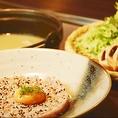 四季を彩る旬の味覚を、五感で体感することができます。食材を厳選し、腕の立つ料理人がお食事をご提供いたします。