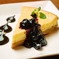 料理メニュー写真たっぷりラクレットのチーズケーキ ~ブルーベリーソース添え~