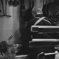 大将が調理する姿を目の前で感じれる臨場感やお料理の素晴らしい香りがお愉しみ頂けるのはカウンター席ならではの特権です。