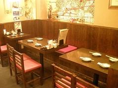 ゆったりとしたテーブル席も完備!