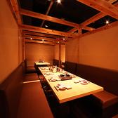 【半個室のテーブル席】仕切りの取り外しで、2名様から10名様まで対応しております。