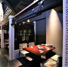 【1階の4名様用のテーブル半個室】1階の店内は天高6メートルの開放的な空間となっております。親しい仲間や同僚と少人数で飲むにはもってこいな空間です!楽しく明るい雰囲気でお酒を是非どうぞ