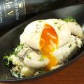 料理メニュー写真自家製牡蠣の燻製と、とろ~り燻卵のポテトサラダ