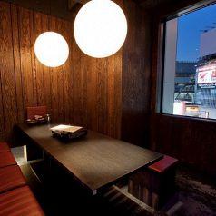 店内角部屋の窓付き夜景個室【6名様~8名様】個室仲間内での飲み会や部署内でのプチ宴会にオススメ♪