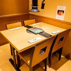 【テーブル4名様迄】明るいテーブル席で賑やかなお食事を。食べ放題・飲み放題を最後まで寛ぎながらおたのしみください☆