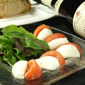 料理メニュー写真水牛モッツァレラとフルーツトマトのカプレーゼ