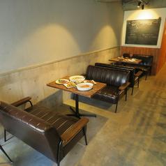 ソファ席★4名席(2卓)/入り口入ってすぐあるお席です。ゆったり座れるソファはシックな黒で決め☆雰囲気のあるウッドテーブルで落ち着きのある空間を演出します♪カップル/友人/地元の方々のご利用が多いお席です★
