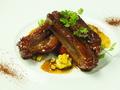 料理メニュー写真ポークスペアリブのスパイス焼き ピペラート添え