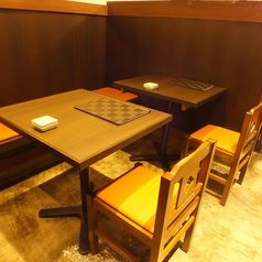 【1階】カウンター隣のテーブル席。