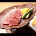 料理メニュー写真A5ランク宮古牛、陶板焼肉
