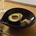 料理メニュー写真アボカドと湯葉と漬け玉子
