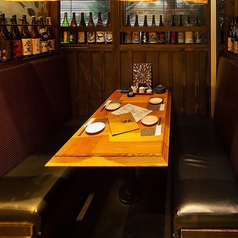 周りはすべて囲まれたテーブルとソファーのお席です。接待やお勤め先の方と過ごす方、デートで大切な人とゆっくりと過ごしたい方にはぴったりのお席です。ずらっーと並んだ焼酎の瓶に囲まれた席は芋蔵ならではの特別なお席になっております。一番人気のお席ですのでご予約はお早めに。
