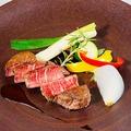 料理メニュー写真特選 牛サーロインのタリアータ、梶谷農園のハーブのサラダ仕立て