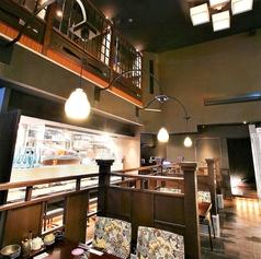 【1階の4名様テーブル席】高い天井が象徴的な一階席においてど真ん中にあるこのお席!デートや会社のちょっとした飲み会などにもってこいです!栄で居酒屋をお探しでしたら是非、新九 栄本店をご利用くださいませ。