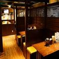 2~4名様席です。こちらは少人数の飲み会、デートに人気のお席です。毎日お店で粉から練り上げ、かきたてを取り寄せ、軟らか軟水と静岡県産ミネラルたっぷりのあらじおで茹でる絶品うどんをはじめ、美味しいお料理とお酒を用意してお待ちしてます。[大手町/うどん/居酒屋/和食/天ぷら/鍋/宴会/飲み放題 ]※画像は系列店