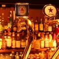 料理メニュー写真100種類以上のお酒が並ぶバックバー