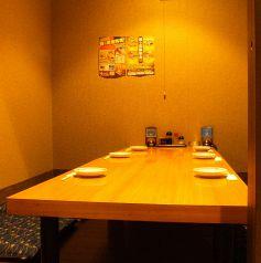 1階にある完全個室はフローリングになっており、小さなお子様連れでも安心してお時間を過ごせます。ゆったり6名様まで対応可能ですが、最大7、8名様でも対応できます。完全個室のご予約はお早目に!