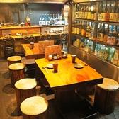 酒ショーケース目前のお席。お酒の名指し注文可能です!2席を連結して誕生席を作れば最大10名様の宴会も可能です。